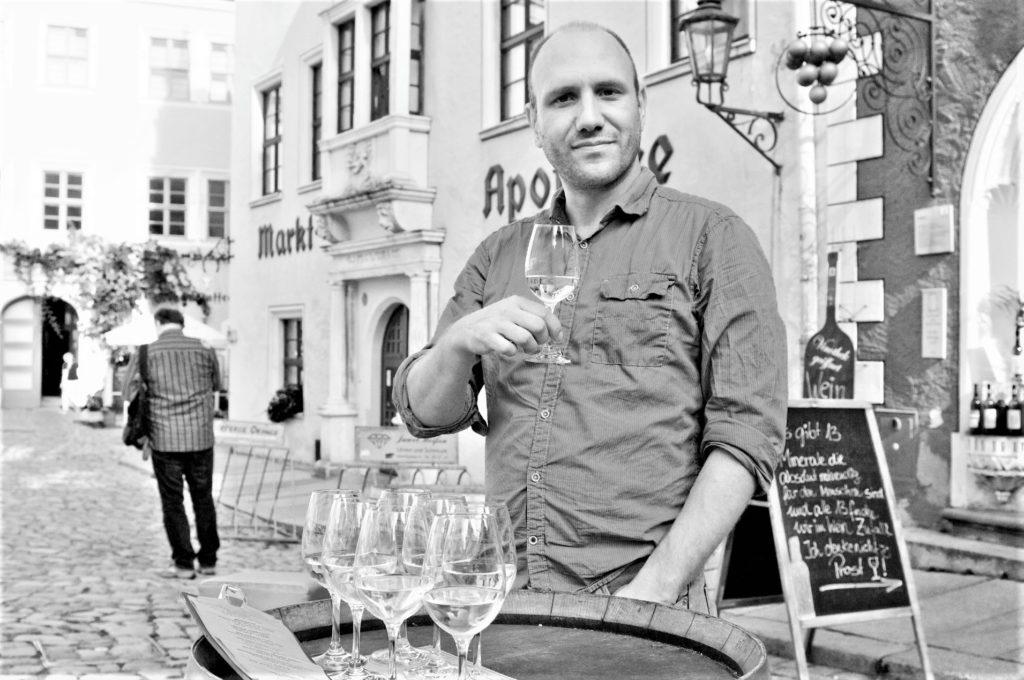 Francois-Xavier Thiébaud à la recherche des meilleurs vins à vous proposer en ligne. Livraison et paiement sécurisés. Tastavin, votre vendeur de vin en ligne.