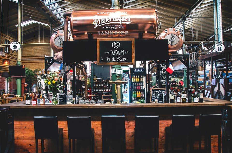Vendeur de vin en ligne Tastavin, la devanture de notre bar à vin à Berlin. Un vrai caviste vous livre votre vin à domicile.